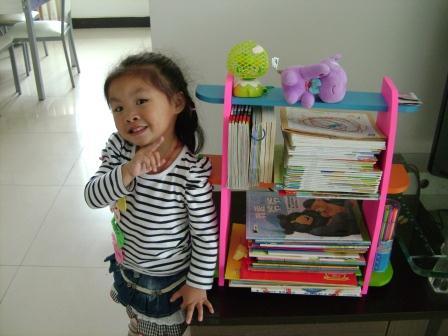 女儿与书架