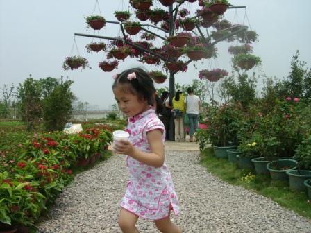 女儿在湿地公园